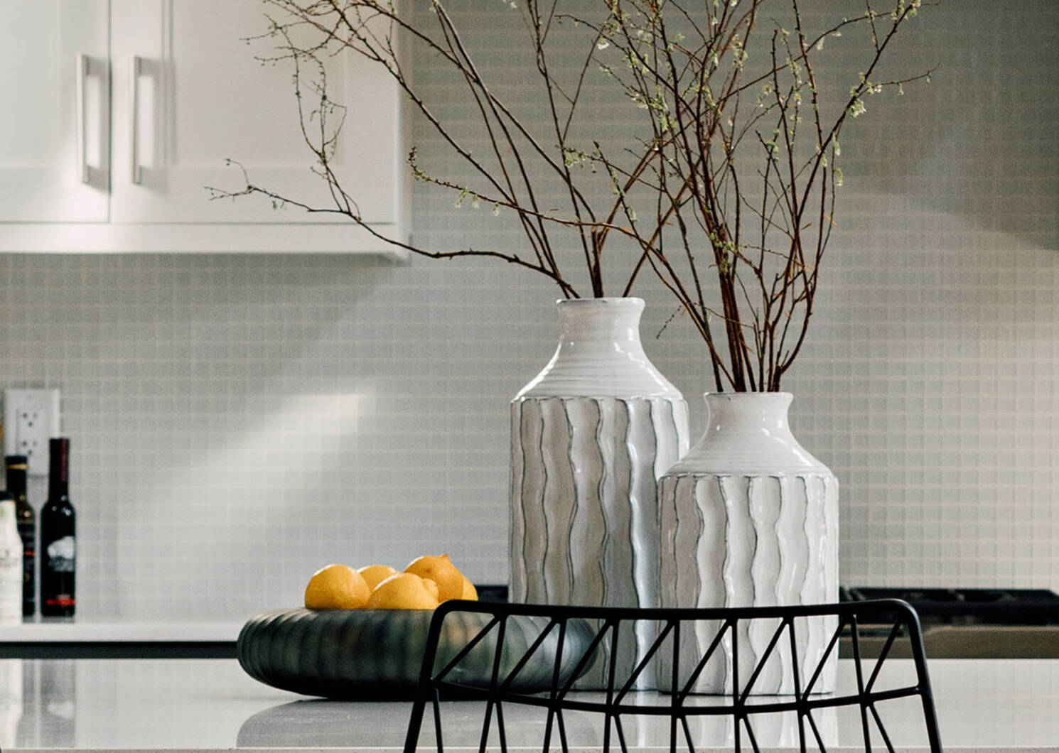 Theros Vases White/Black