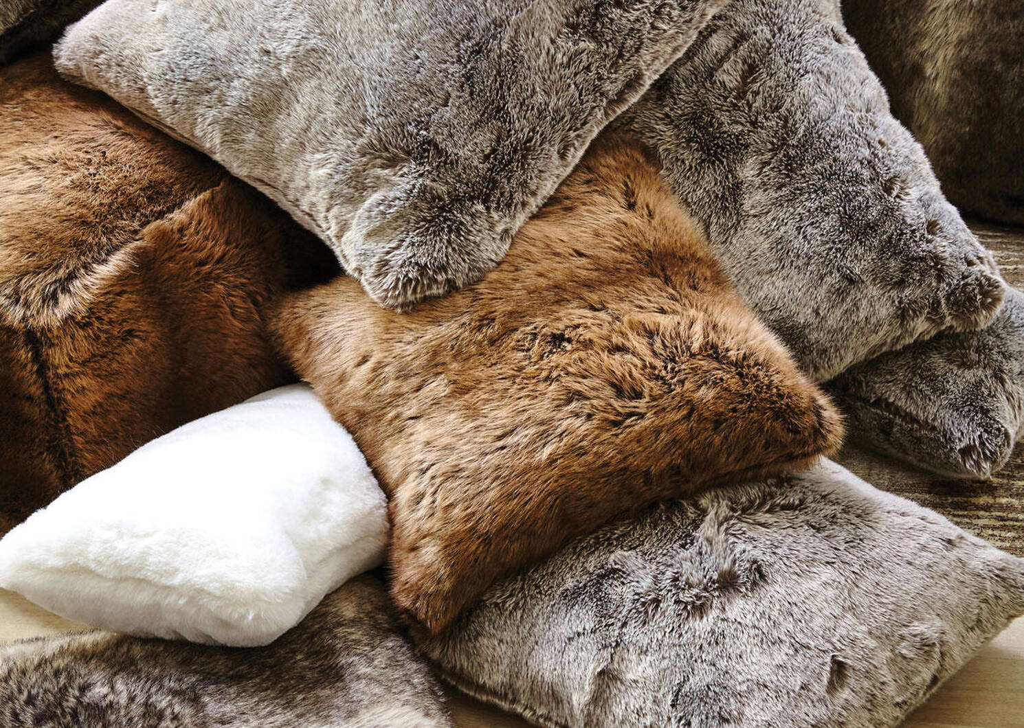 Fauna Faux Fur Toss 20x20 Silverfox